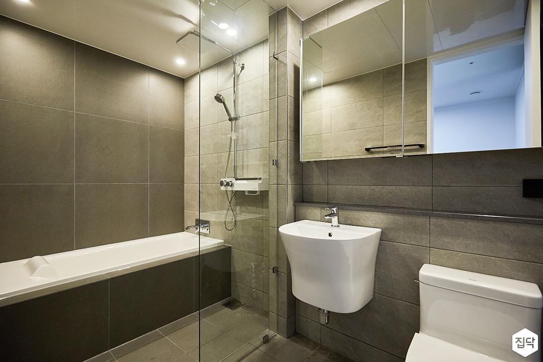 화이트,모던,욕실,포세린,다운라이트조명,수납장,세면대,욕조,코너선반,샤워기,거울