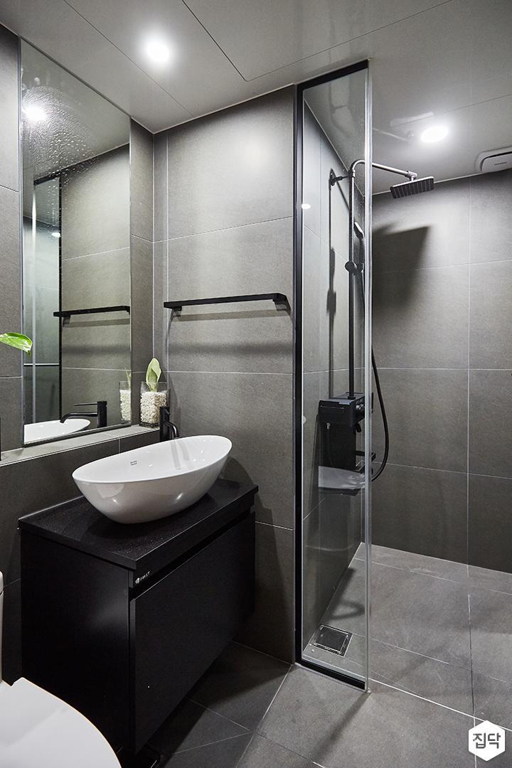 그레이,모던,욕실,포세린,다운라이트조명,세면대,코너선반,샤워기,거울