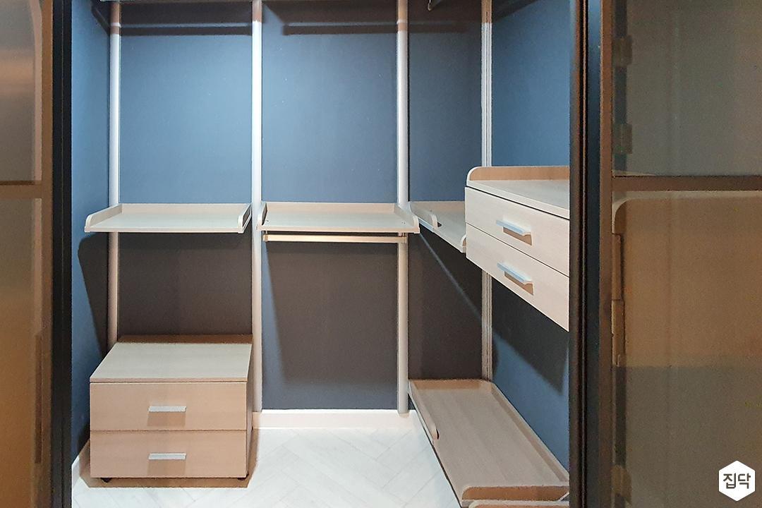 블루,모던,드레스룸,원목마루,헤링본,수납장,선반