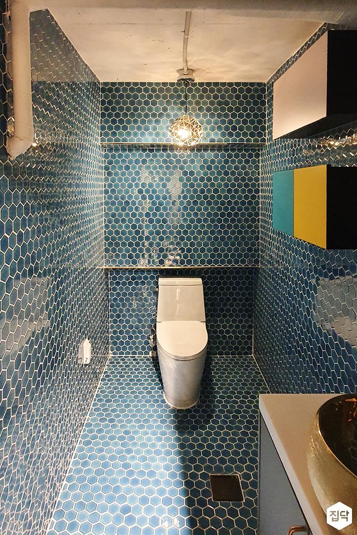 블루,뉴클래식,욕실,욕실타일,펜던트조명,헥사곤,수납장,세면대