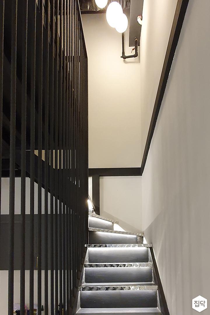 화이트,블랙,모던,복도,계단,난간,펜던트조명