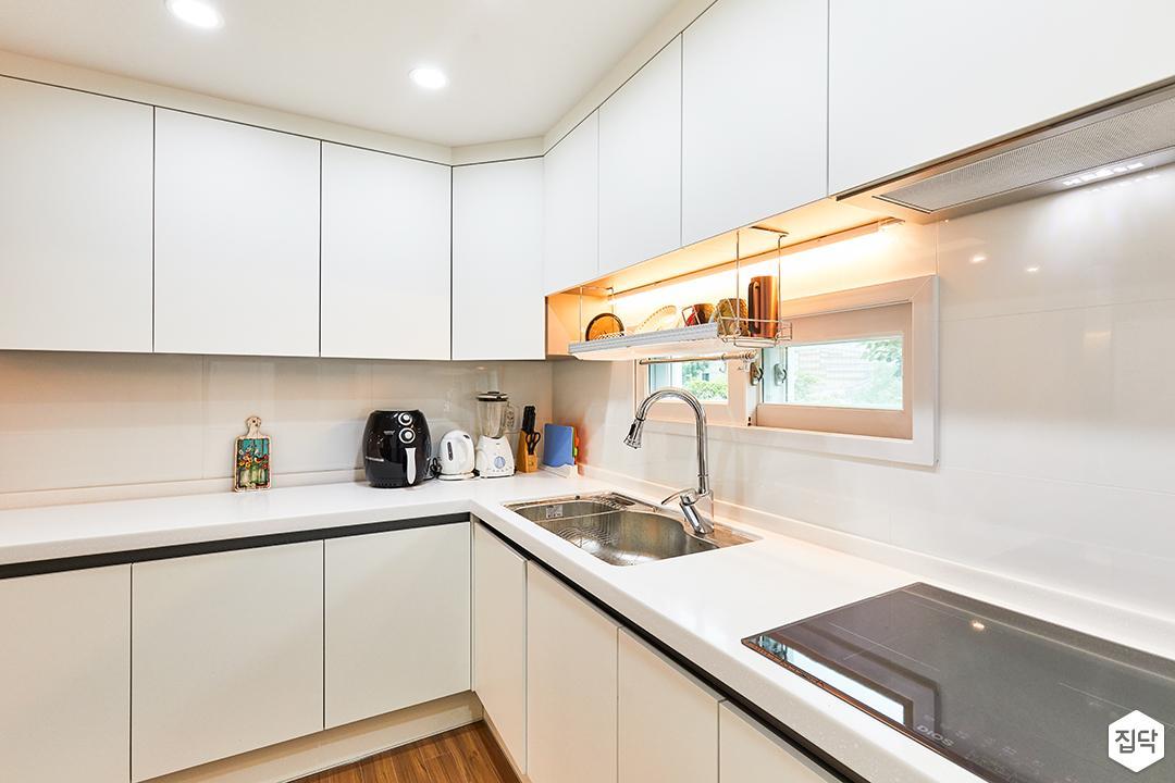 화이트,뉴클래식,주방,원목마루,매립등,간접조명,싱크대,수납장,냉장고장