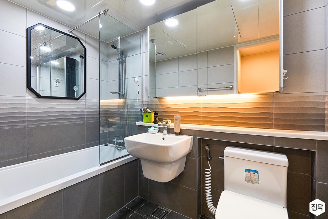 화이트,그레이,모던,욕실,포세린,매립등,간접조명,수납장,파티션,세면대,욕조,샤워기,거울