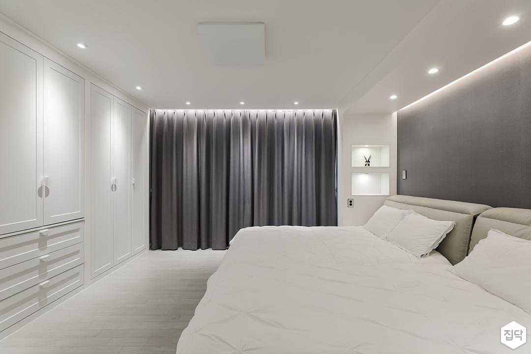 화이트,그레이,모던,방,원목마루,간접조명,다운라이트조명,붙박이장,침대,커튼
