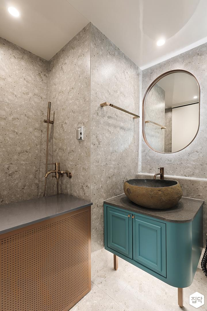 화이트,그린,뉴클래식,욕실,대리석,패턴타일,테라조,간접조명,다운라이트조명,수납장,세면대,거울