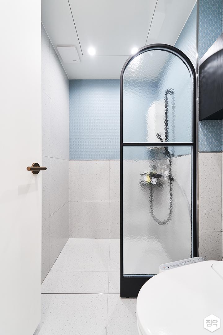 화이트,블루,모던,욕실,다운라이트조명,포세린,파티션,샤워기