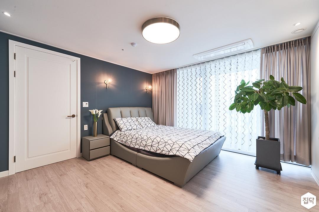 화이트,블루,모던,방,원목마루,실링라이트,다운라이트조명,브라켓조명,침대,커튼