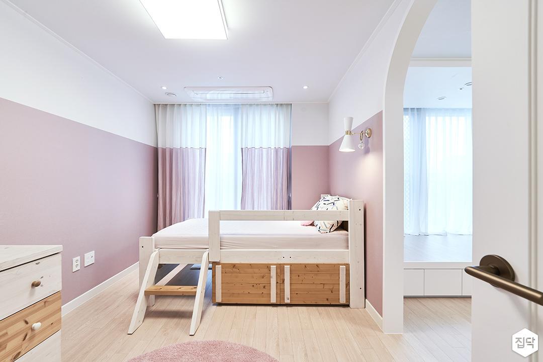 핑크,모던,아이방,원목마루,실링라이트,브라켓조명,수납장,침대,커튼