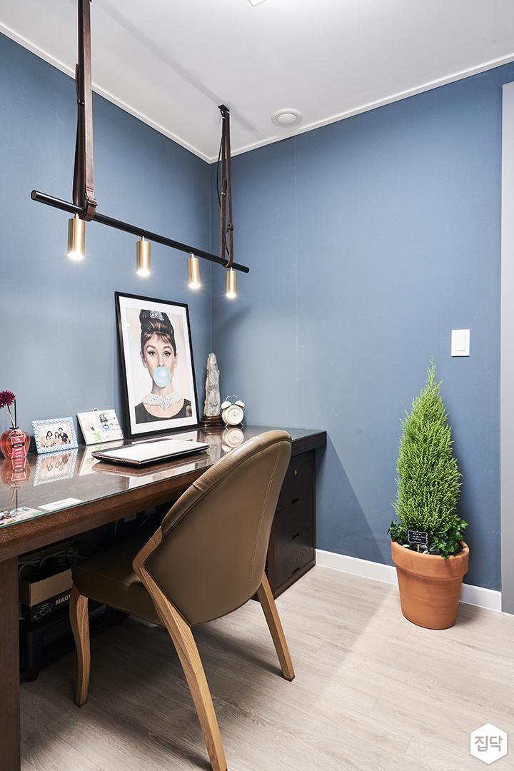 블루,모던,방,원목마루,원형직부등,테이블