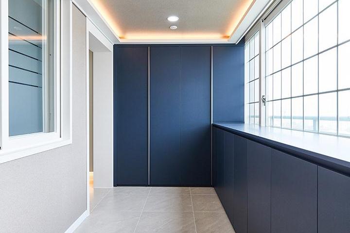 화이트,블루,모던,현관,포세린,매립등,간접조명,센서등,수납장,중문,신발장