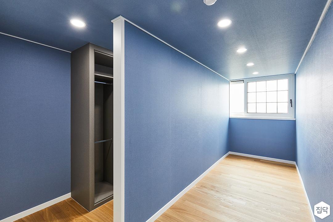블루,모던,방,드레스룸,원목마루,매립등,수납장,장롱