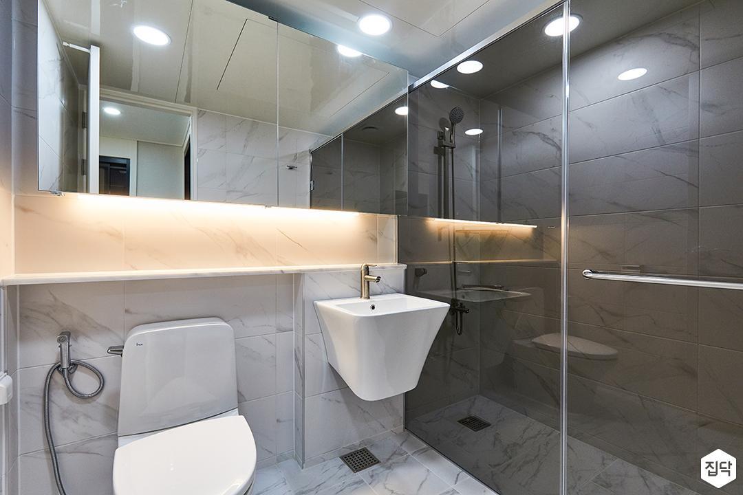 화이트,모던,욕실,대리석,욕실타일,매립등,간접조명,비앙코카라라,수납장,파티션,세면대,샤워기,거울