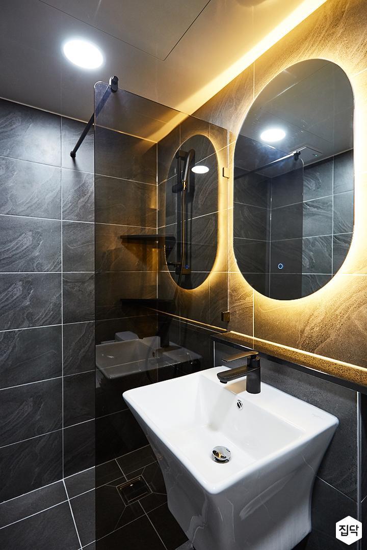 블랙,모던,내추럴,욕실,포세린,간접조명,원형직부등,파티션,세면대,거울