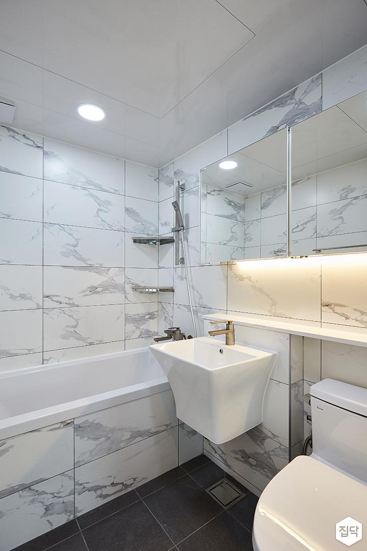 화이트,모던,내추럴,욕실,간접조명,원형직부등,비앙코카라라,수납장,세면대,욕조,샤워기,거울