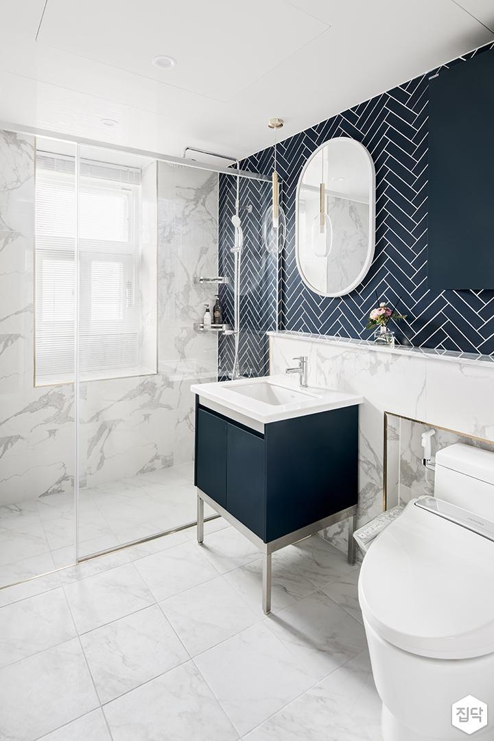 화이트,블루,모던,심플,욕실,대리석,포세린,패턴타일,헤링본,세면대,거울