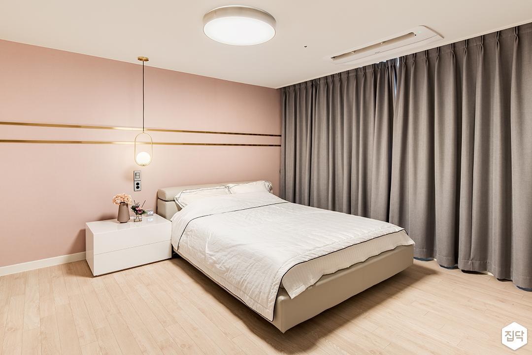 화이트,핑크,뉴클래식,안방,실링라이트,펜던트조명,침대,협탁,커튼