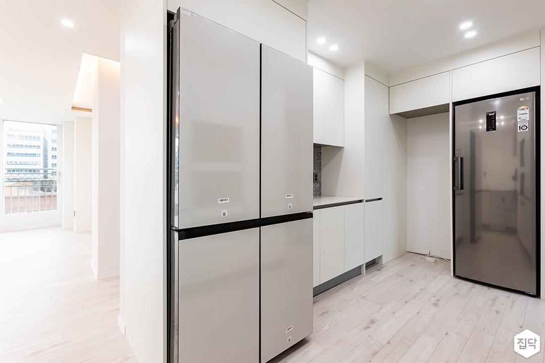 화이트,모던,내추럴,주방,원목마루,다운라이트조명,수납장,냉장고장,빌트인