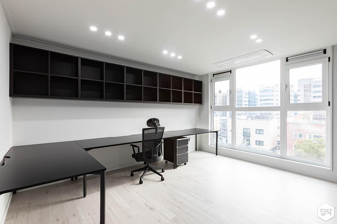 화이트,블랙,모던,방,서재,다운라이트조명,선반,책상,시스템에어컨