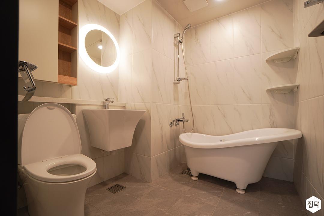 화이트,미니멀,포세린,간접조명,비앙코카라라,세면대,욕조,코너선반,샤워기,거울