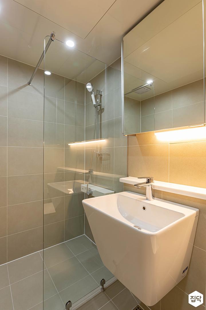 아이보리,모던,욕실,포세린,간접조명,다운라이트조명,유리파티션,세면대,샤워기,거울