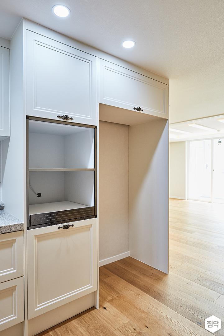 아이보리,모던,심플,주방,원목마루,원형직부등,수납장,냉장고장