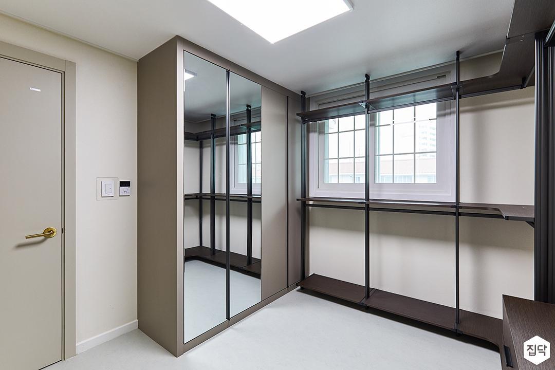 화이트,블랙,모던,드레스룸,실링라이트,수납장,선반,거울