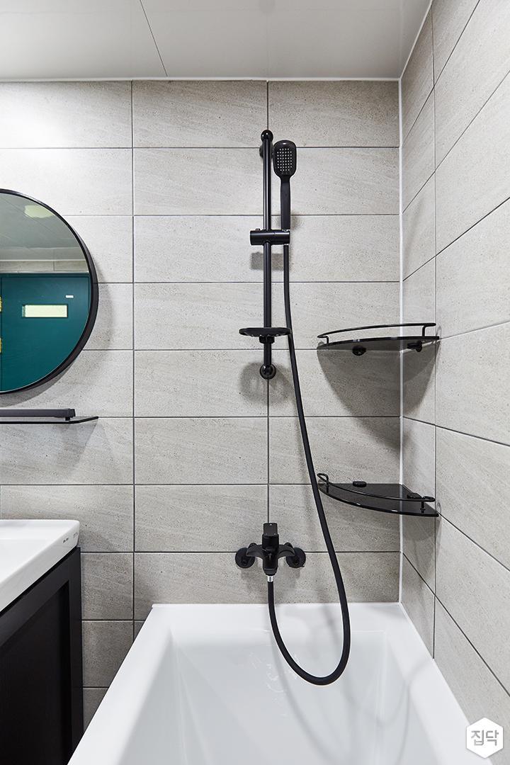 화이트,블랙,모던,뉴클래식,욕실,대리석,포세린,욕실타일,매립등,체크,세면대,욕조,거울,샤워기,코너선반