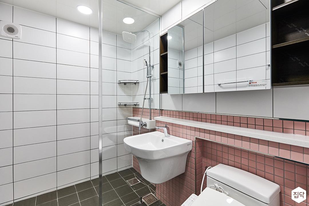 화이트,핑크,모던,미니멀,심플,욕실,대리석,포세린,욕실타일,매립등,체크,수납장,유리파티션,세면대,거울