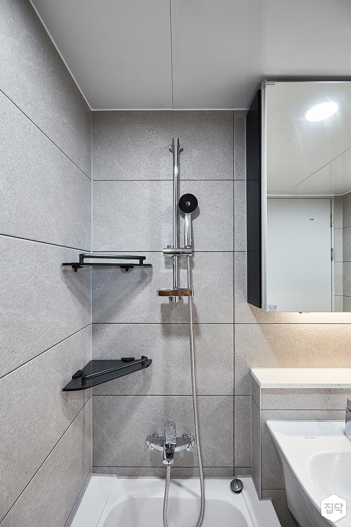 화이트,그레이,모던,심플,욕실,포세린,간접조명,원형직부등,수납장,욕조,코너선반,샤워기,거울