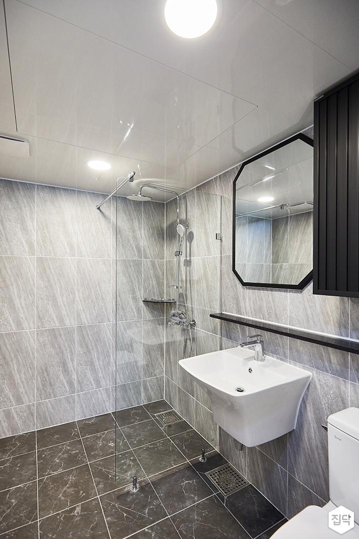 그레이,블랙,빈티지,심플,욕실,포세린,패턴타일,원형직부등,비앙코카라라,수납장,유리파티션,세면대,샤워기,거울