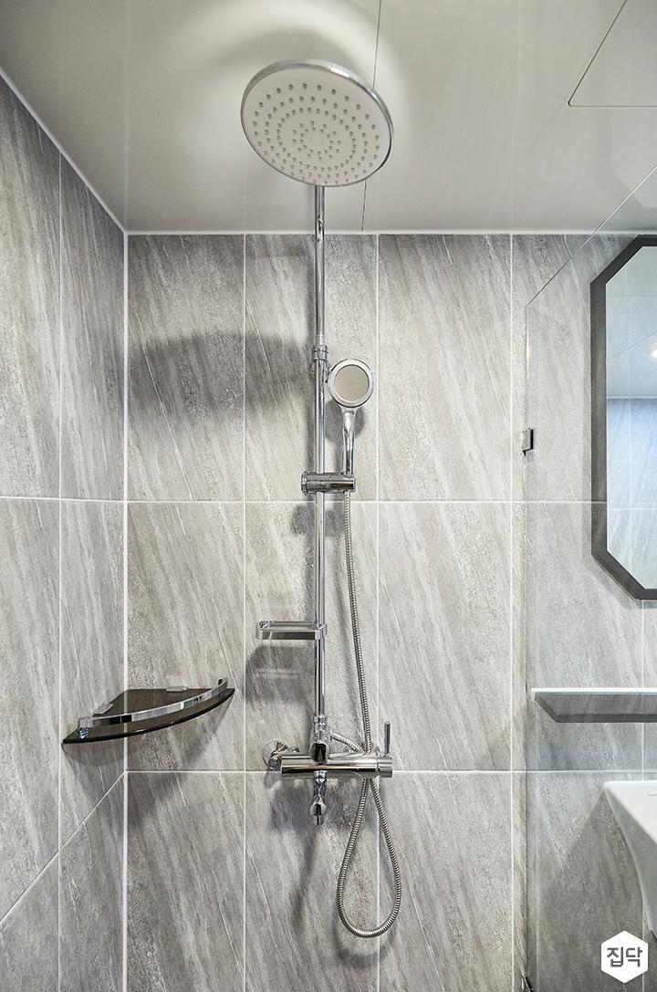 그레이,빈티지,심플,욕실,포세린,패턴타일,비앙코카라라,유리파티션,샤워기,코너선반