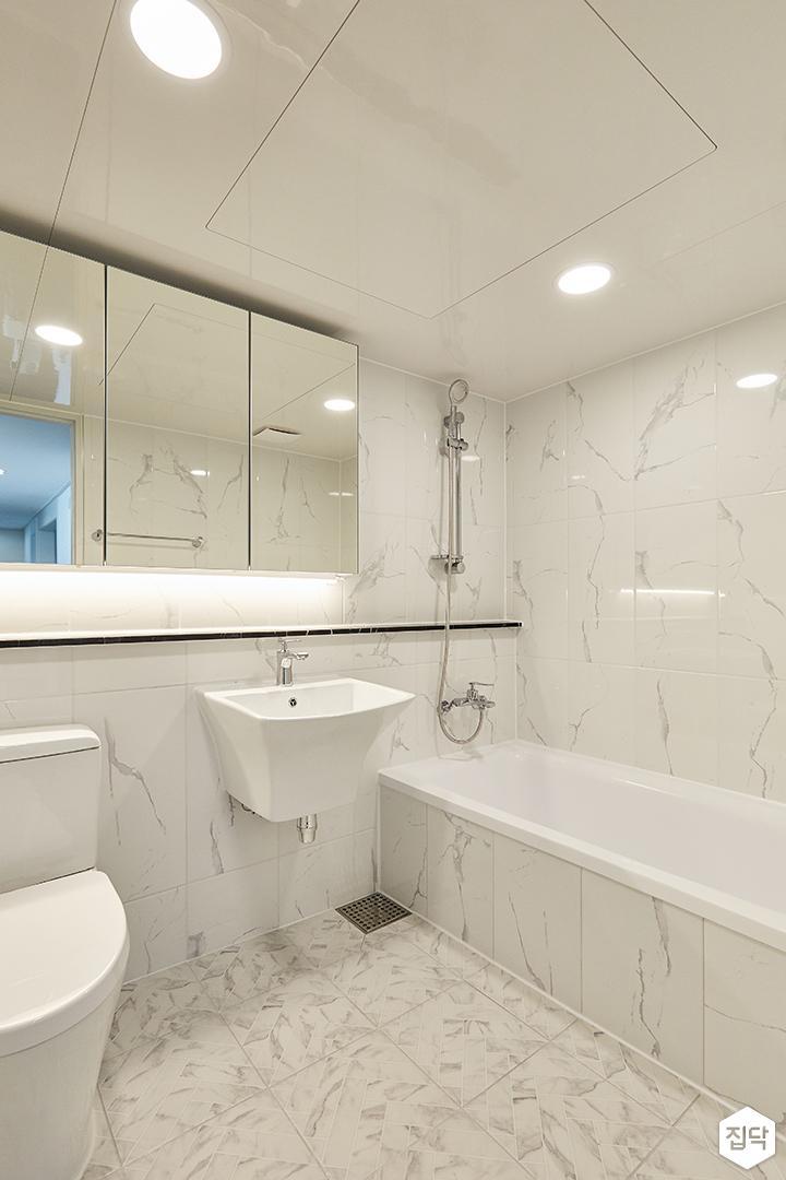 화이트,뉴클래식,럭셔리,욕실,폴리싱,욕실타일,간접조명,원형직부등,비앙코카라라,수납장,세면대,거울,욕조,샤워기