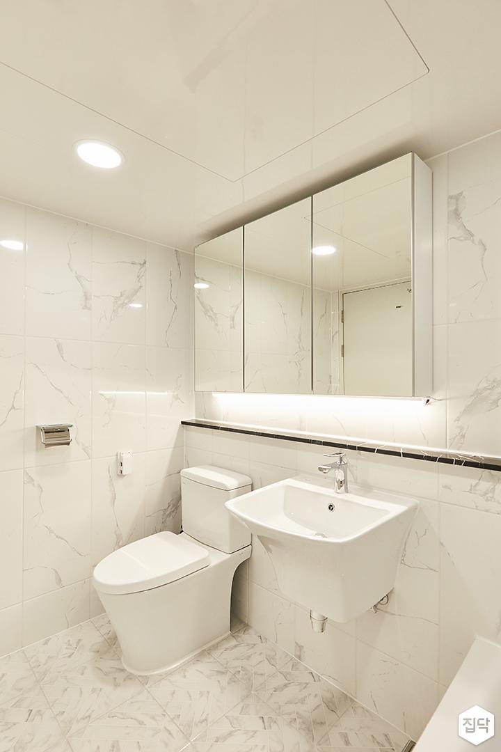 화이트,뉴클래식,럭셔리,욕실,폴리싱,욕실타일,간접조명,원형직부등,비앙코카라라,수납장,세면대,거울