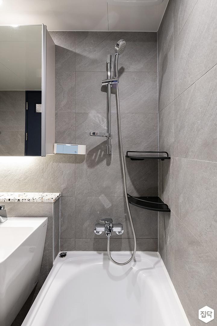 그레이,모던,욕실,다운라이트조명,욕조,샤워기