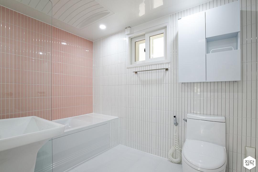 화이트,핑크,내추럴,뉴클래식,욕실,폴리싱,욕실타일,매립등,수납장,유리파티션,욕조