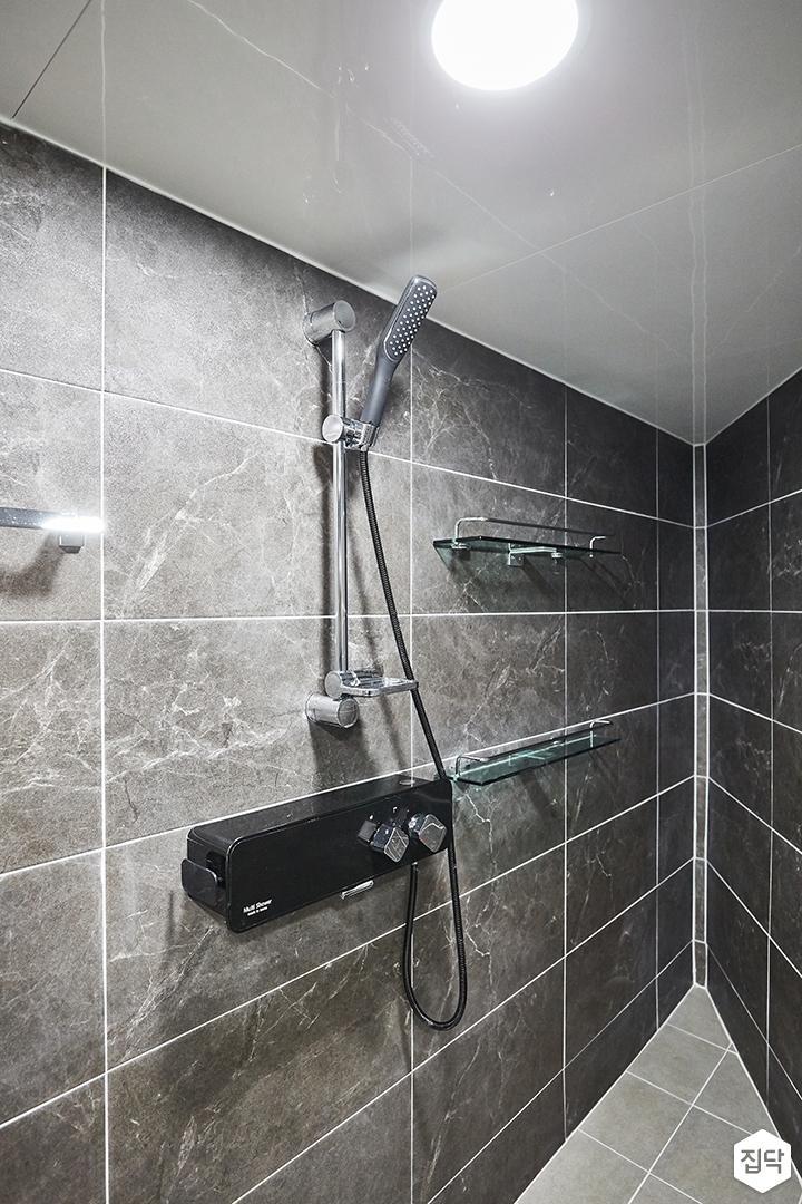 그레이,블랙,모던,심플,욕실,포세린,원형직부등,샤워기,코너선반