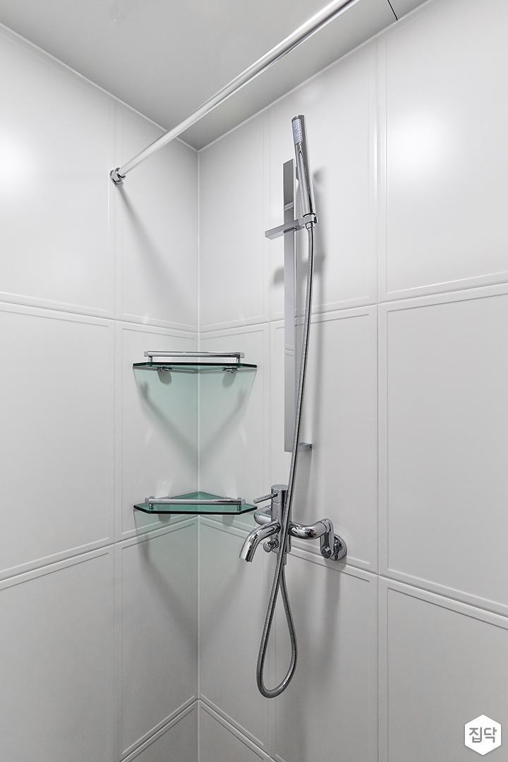 화이트,블랙,모던,내추럴,욕실,포세린,욕실타일,샤워기,코너선반