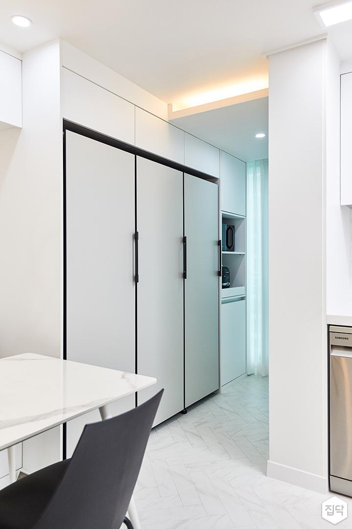 화이트,그레이,모던,뉴클래식,주방,간접조명,수납장,냉장고장