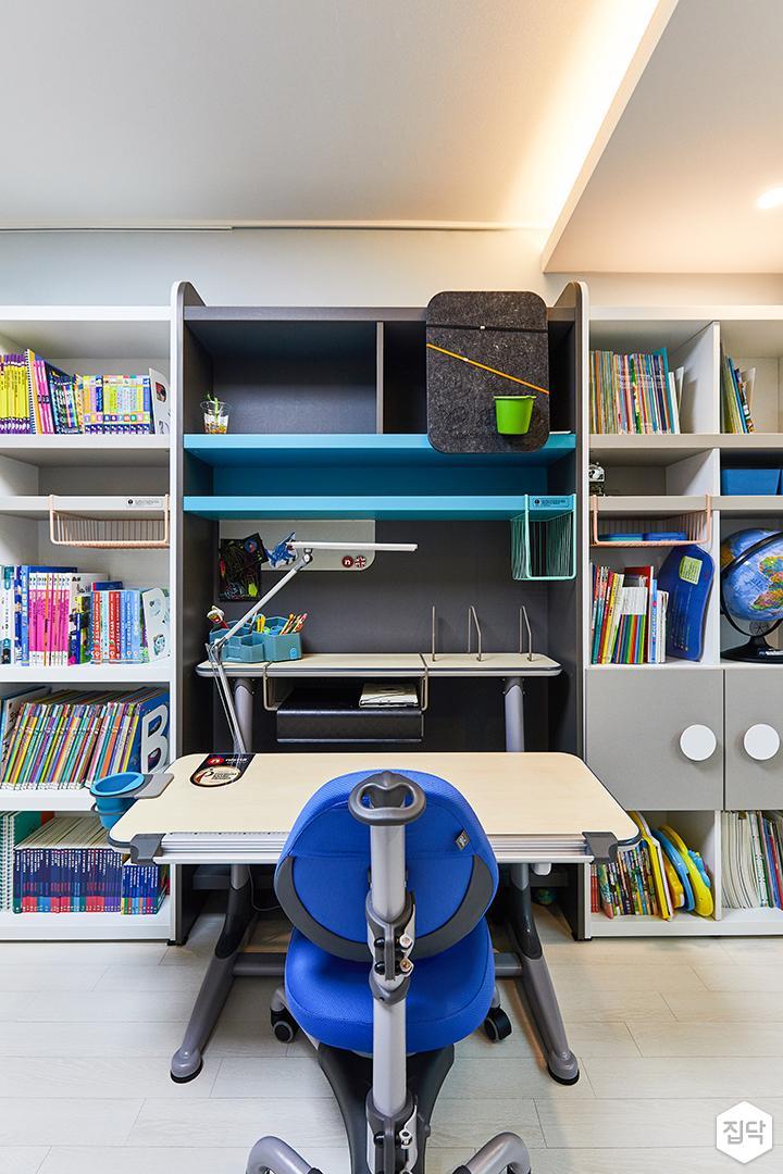 화이트,블루,모던,내추럴,아이방,간접조명,수납장,책상,책장