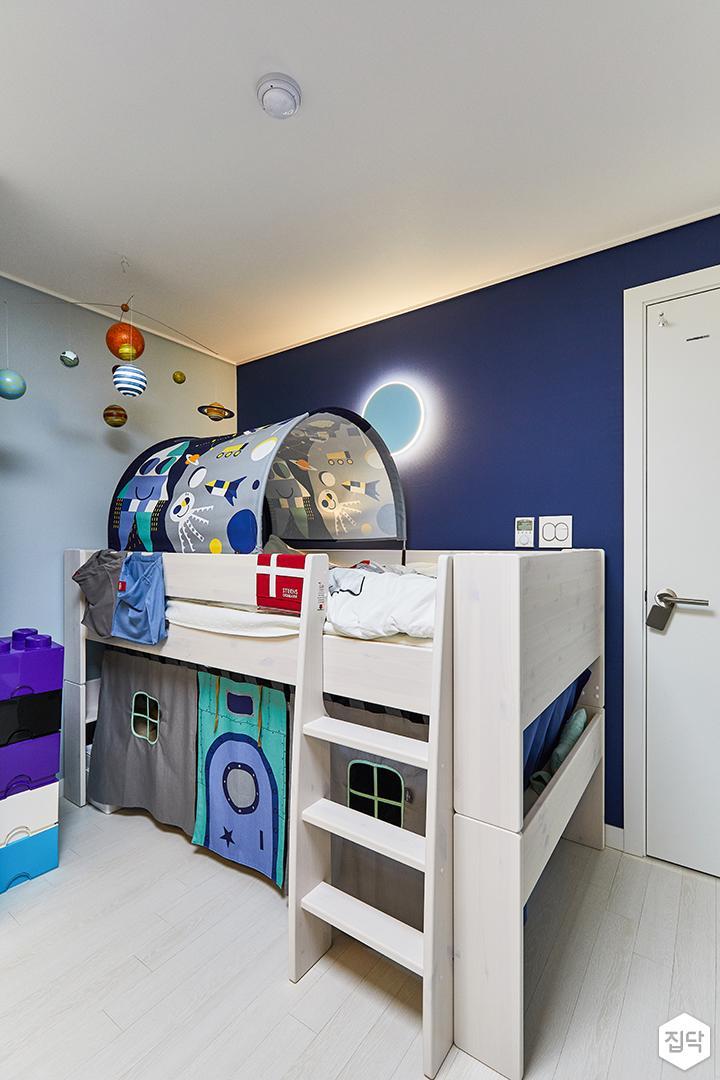 화이트,블루,모던,내추럴,아이방,다운라이트조명,브라켓조명,침대