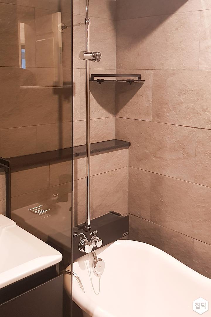 그레이,모던,욕실,포세린,유리파티션,욕조,샤워기
