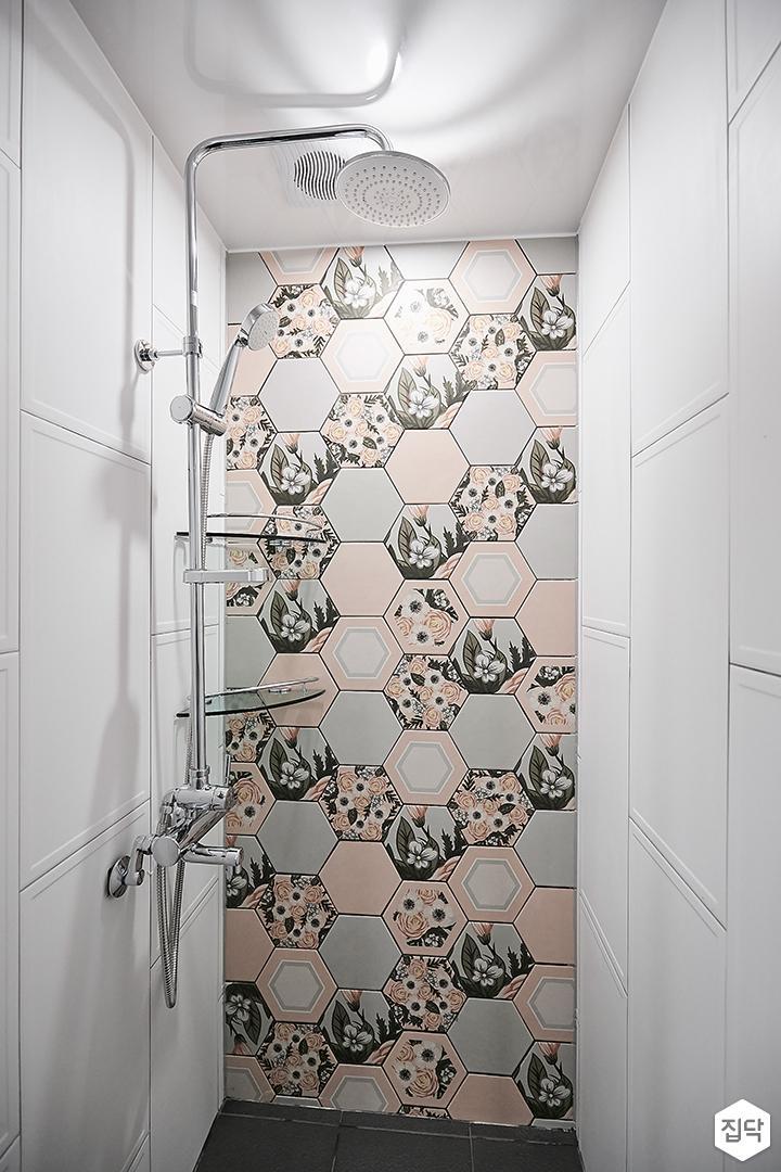 화이트,모던,패턴타일,플라워,샤워기