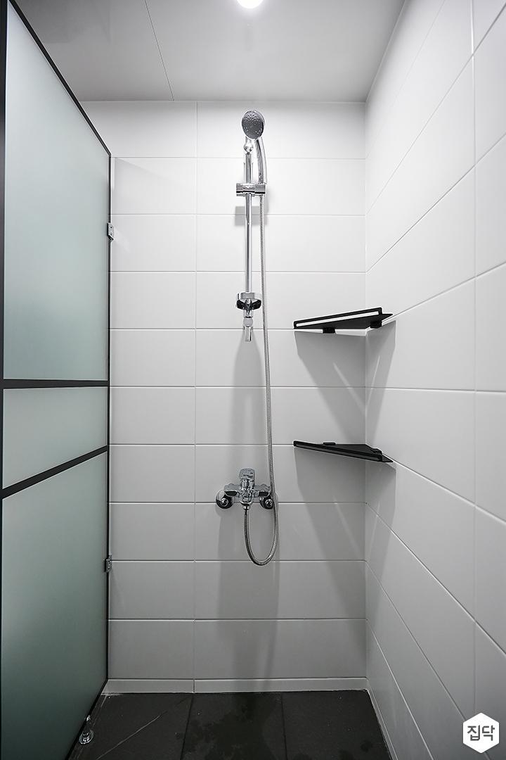 화이트,블랙,모던,욕실,유리파티션,코너선반,샤워기