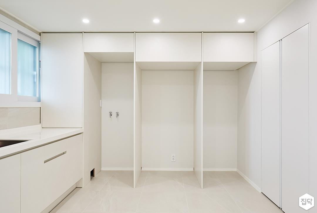 화이트,모던,심플,거실,포세린,매립등,간접조명,다운라이트조명,싱크대,수납장,냉장고장