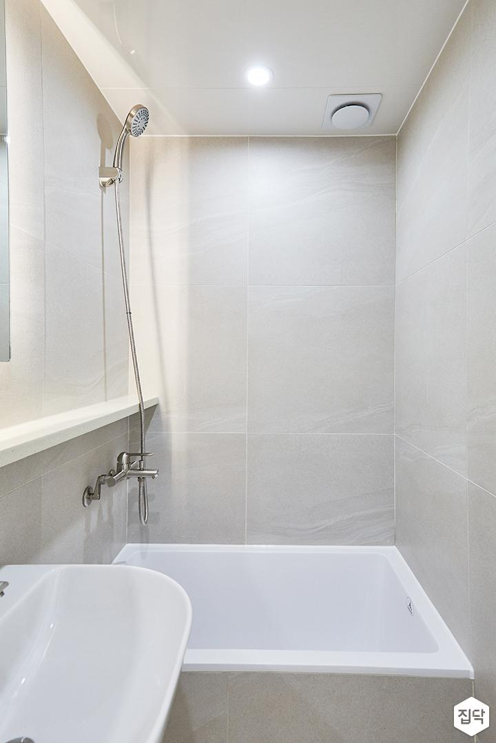 화이트,그레이,모던,심플,욕실,포세린,간접조명,원형직부등,세면대,샤워기,욕조
