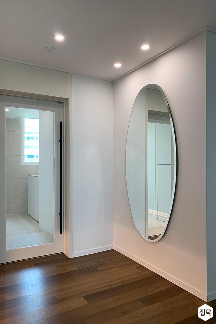 화이트,브라운,내추럴,심플,현관,다운라이트조명,거울