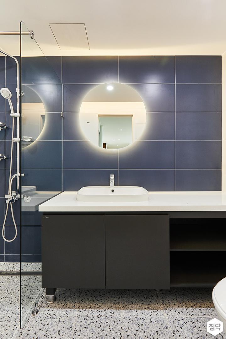 화이트,블루,모던,뉴클래식,욕실,폴리싱,간접조명,수납장,유리파티션,세면대