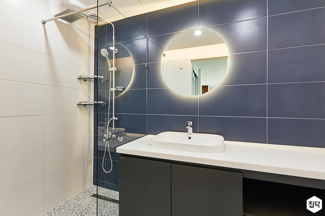 화이트,블루,모던,뉴클래식,욕실,폴리싱,간접조명,수납장,유리파티션,세면대,샤워기