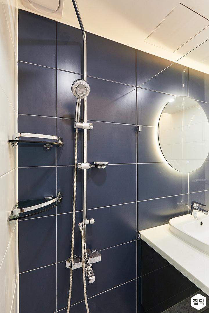 화이트,블루,모던,뉴클래식,욕실,폴리싱,간접조명,유리파티션,샤워기