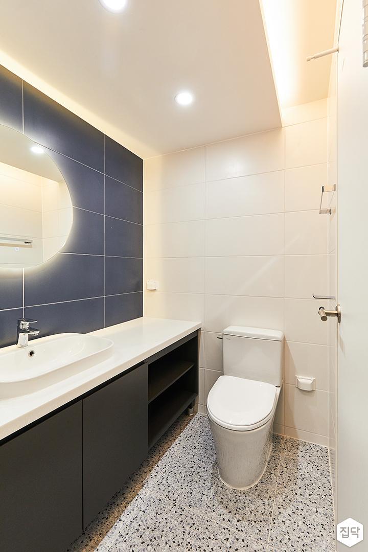 화이트,블루,모던,뉴클래식,욕실,폴리싱,간접조명,수납장,거울,세면대
